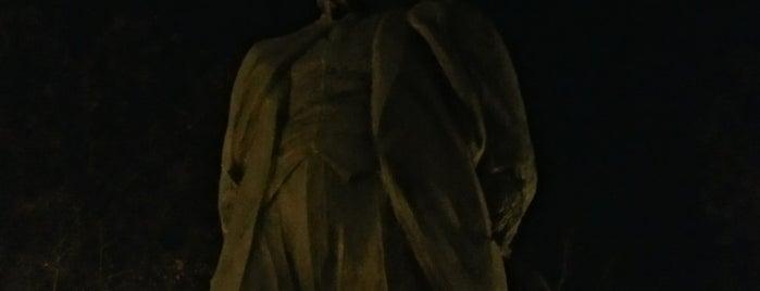 Памятник И.В. Курчатову is one of Tempat yang Disukai Vlad.