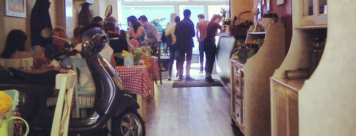 Caffe Italia is one of Locais curtidos por Katy.