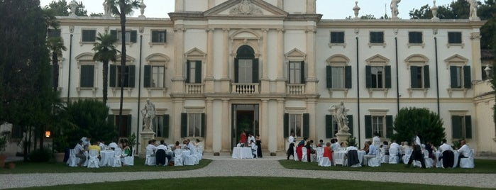 Villa Mosconi-Bertani is one of สถานที่ที่ Veronika ถูกใจ.