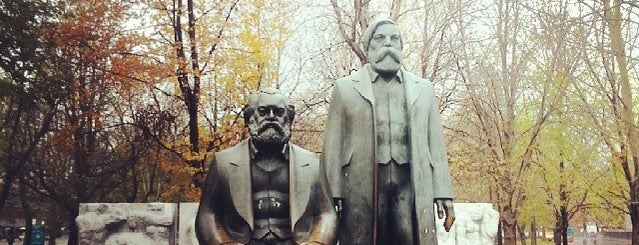 Marx-Engels-Denkmal is one of Lieux qui ont plu à Julia.