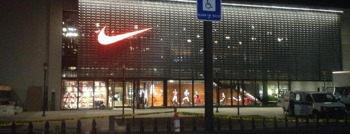 Nike Store is one of สถานที่ที่ Devonta ถูกใจ.