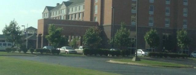 Hampton Inn & Suites is one of สถานที่ที่ Jason ถูกใจ.