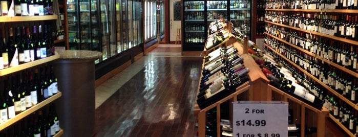 U St Wine & Beer is one of Lugares favoritos de Andrew.