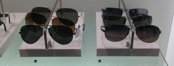 Sunglass Hut is one of Ashley 님이 좋아한 장소.