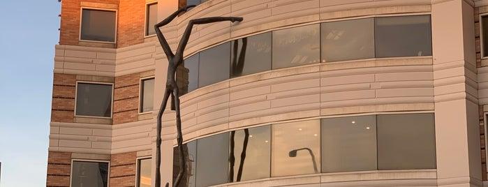 Bellevue Place is one of Lugares favoritos de Kees.