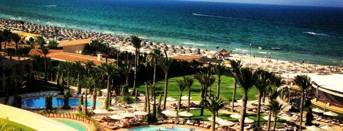 Piscine Movenpick Hotel Sousse is one of สถานที่ที่ V͜͡l͜͡a͜͡d͜͡y͜͡S͜͡l͜͡a͜͡v͜͡a͜͡ ถูกใจ.