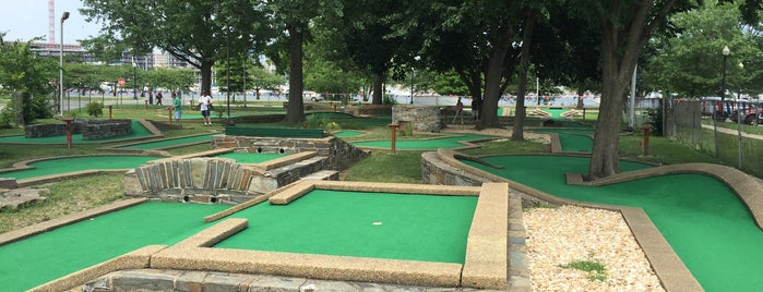 East Potomac Park Miniature Golf is one of Jakeさんのお気に入りスポット.