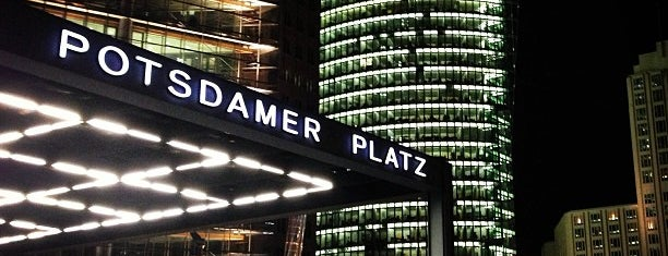 Potsdamer Platz is one of Lugares favoritos de Barry.