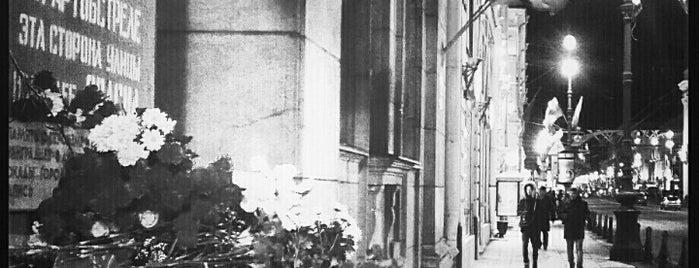 Надпись «Граждане! При артобстреле эта сторона улицы наиболее опасна» is one of СПб. Необычные места.