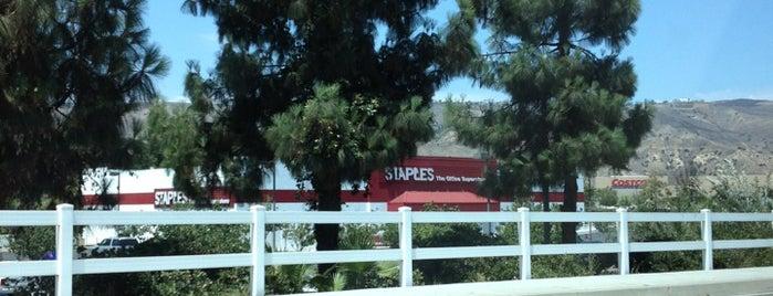 Staples is one of Lieux qui ont plu à Christina.