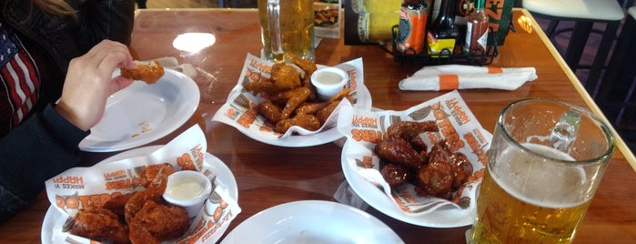 Hooters is one of Lugares favoritos de Angel.