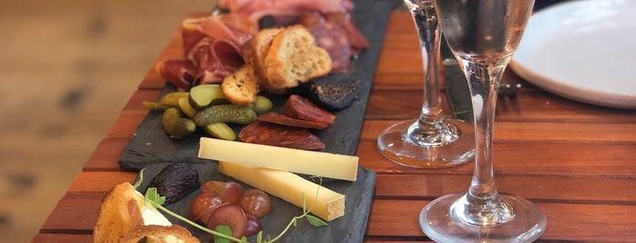St. Tropez Wine Bar is one of สถานที่ที่ Amelie ถูกใจ.