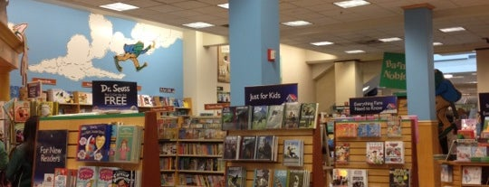 Barnes & Noble is one of Lugares favoritos de Ken.