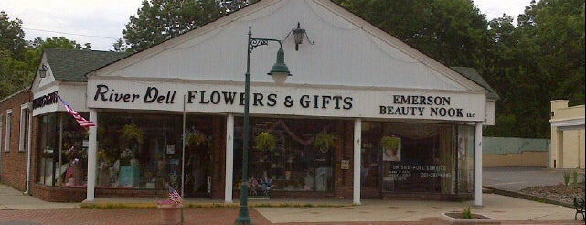 River Dell Flowers & Gifts is one of Tempat yang Disukai Mario.