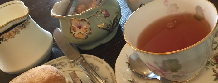 Dolly's Tea Room is one of Tempat yang Disukai Alfred.