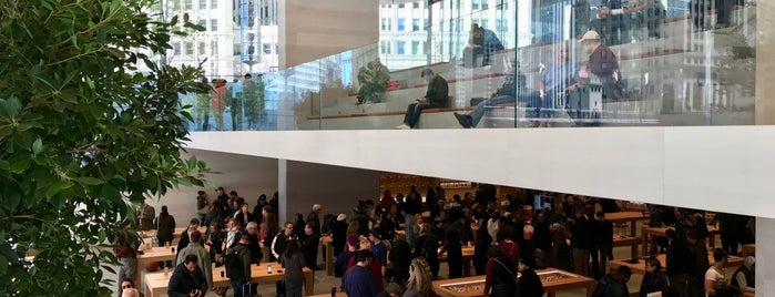 Apple Michigan Avenue is one of Orte, die Nick gefallen.