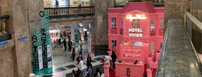 Galeries Lafayette Champs-Élysées is one of V͜͡l͜͡a͜͡d͜͡y͜͡S͜͡l͜͡a͜͡v͜͡a͜͡'ın Beğendiği Mekanlar.