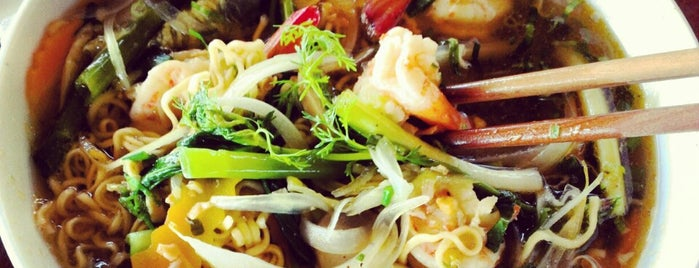 Phuong Binh Sunset Grill is one of สถานที่ที่บันทึกไว้ของ Ван.