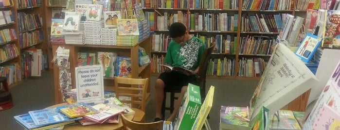 Half Price Books is one of Tempat yang Disukai Laura.