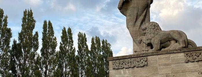 Van Heutsz-monument is one of Monuments ❌❌❌.