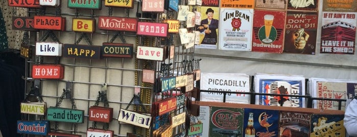 Portobello Green Vintage Fashion Market is one of À faire à Londres.