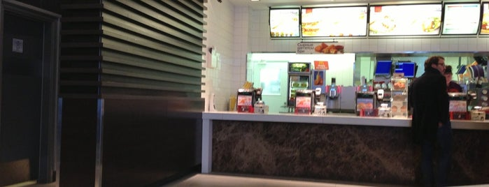 McDonald's is one of Locais curtidos por Max.