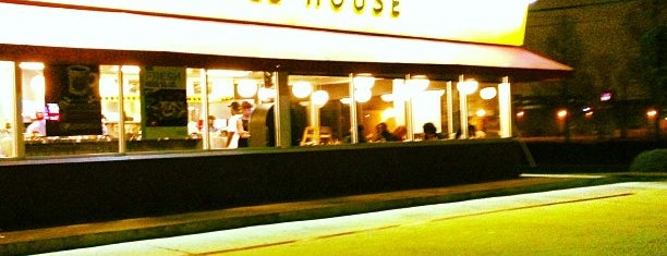Waffle House is one of Locais curtidos por Andrew.