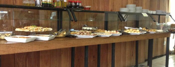 Maxi Café is one of Locais curtidos por Kelzinha.
