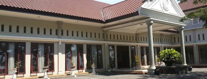 Rumah Makan Bromo Asri is one of สถานที่ที่ RizaL ถูกใจ.