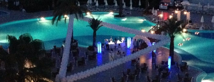 Queen's Park Resort Pool Bar is one of Locais curtidos por Алина.