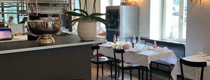 Café de Paris is one of Locais curtidos por Khalid.