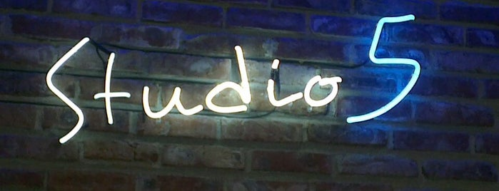 Studio 5 is one of Lieux qui ont plu à Katrin.