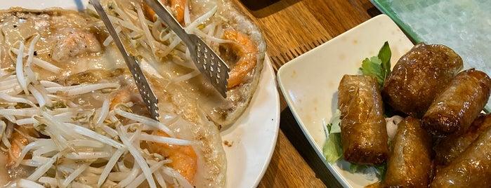 Bánh xèo Zòn is one of Tempat yang Disukai Yi.