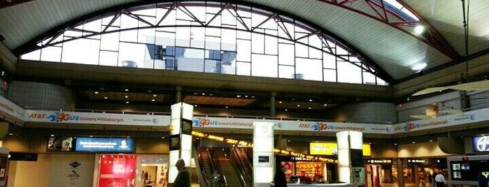 Aeropuerto Internacional de Pittsburgh (PIT) is one of Lugares favoritos de Emily.