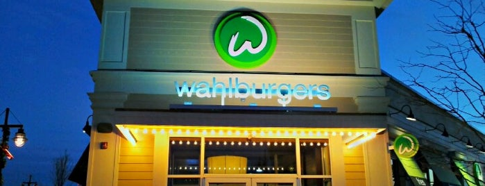 Wahlburgers is one of Lieux sauvegardés par Joshua.