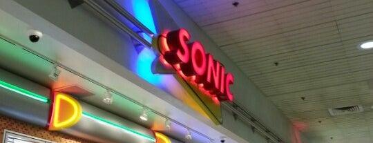 SONIC Drive In is one of Orte, die Alberto J S gefallen.