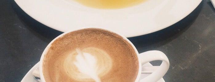 Café Bateel is one of Posti che sono piaciuti a Rogayah.