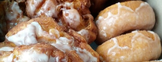 Apple Fritter Donut Shop is one of Snacks.