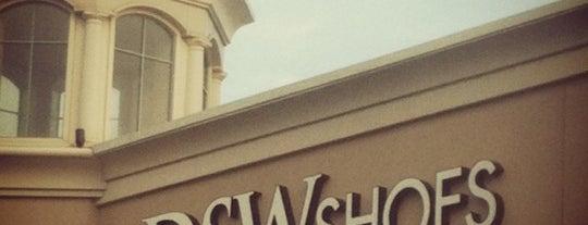 DSW Designer Shoe Warehouse is one of tangee 님이 좋아한 장소.
