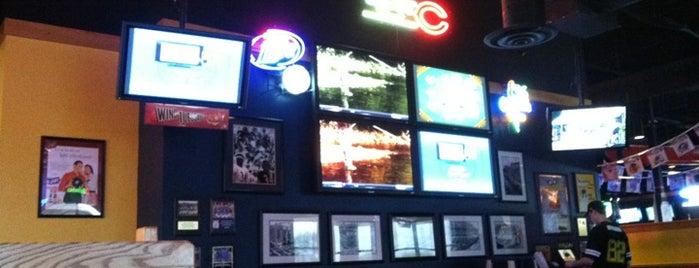 Buffalo Wild Wings is one of สถานที่ที่ FJ ถูกใจ.
