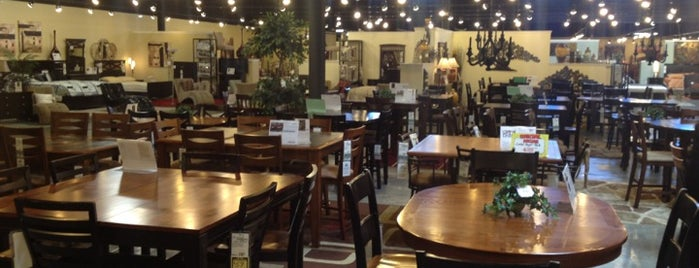 American Furniture Warehouse is one of Alan'ın Beğendiği Mekanlar.