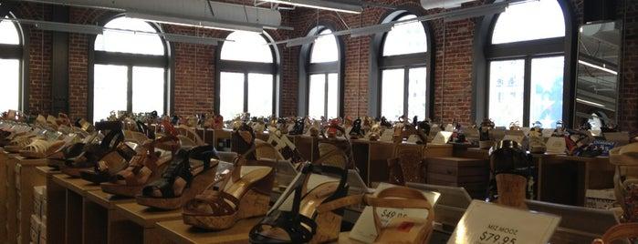 DSW Designer Shoe Warehouse is one of Lugares favoritos de Dottie.