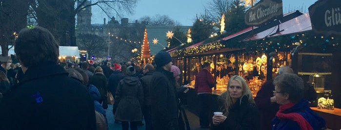 Edinburgh Christmas Market is one of Tempat yang Disukai Lef.