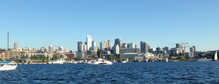Lake Union is one of Tempat yang Disukai Maxwell.