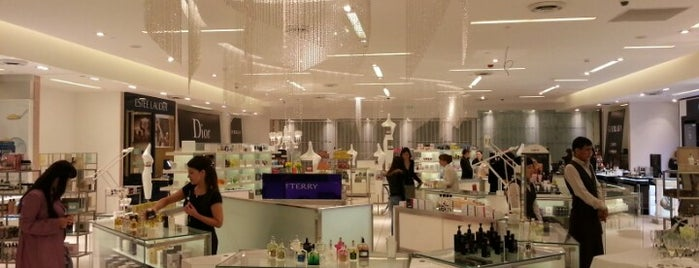 Saks Fifth Avenue is one of rossoneraさんのお気に入りスポット.