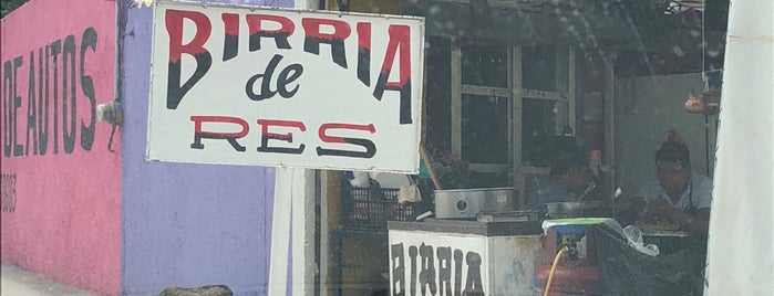 "Birria Ziracua ""El Güero"" is one of Orte, die Leo gefallen."