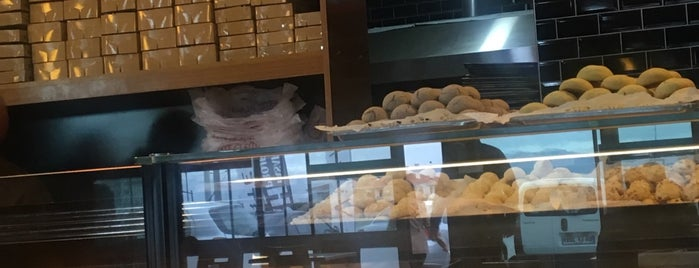 Simit Cafe Bistro is one of สถานที่ที่บันทึกไว้ของ Emre.