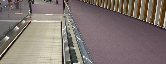 Terminal 2 is one of Locais curtidos por Adela.