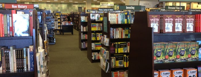 Barnes & Noble is one of Locais curtidos por Stephanie.