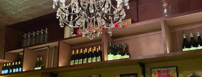 Vanguard Wine Bar is one of NYC Bars to Try 🍹.